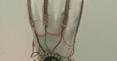 konusan-eldiven2